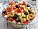 Рецепта Студена гръцка салата от паста фузили с чери домати, краставици, маслини и сирене фета